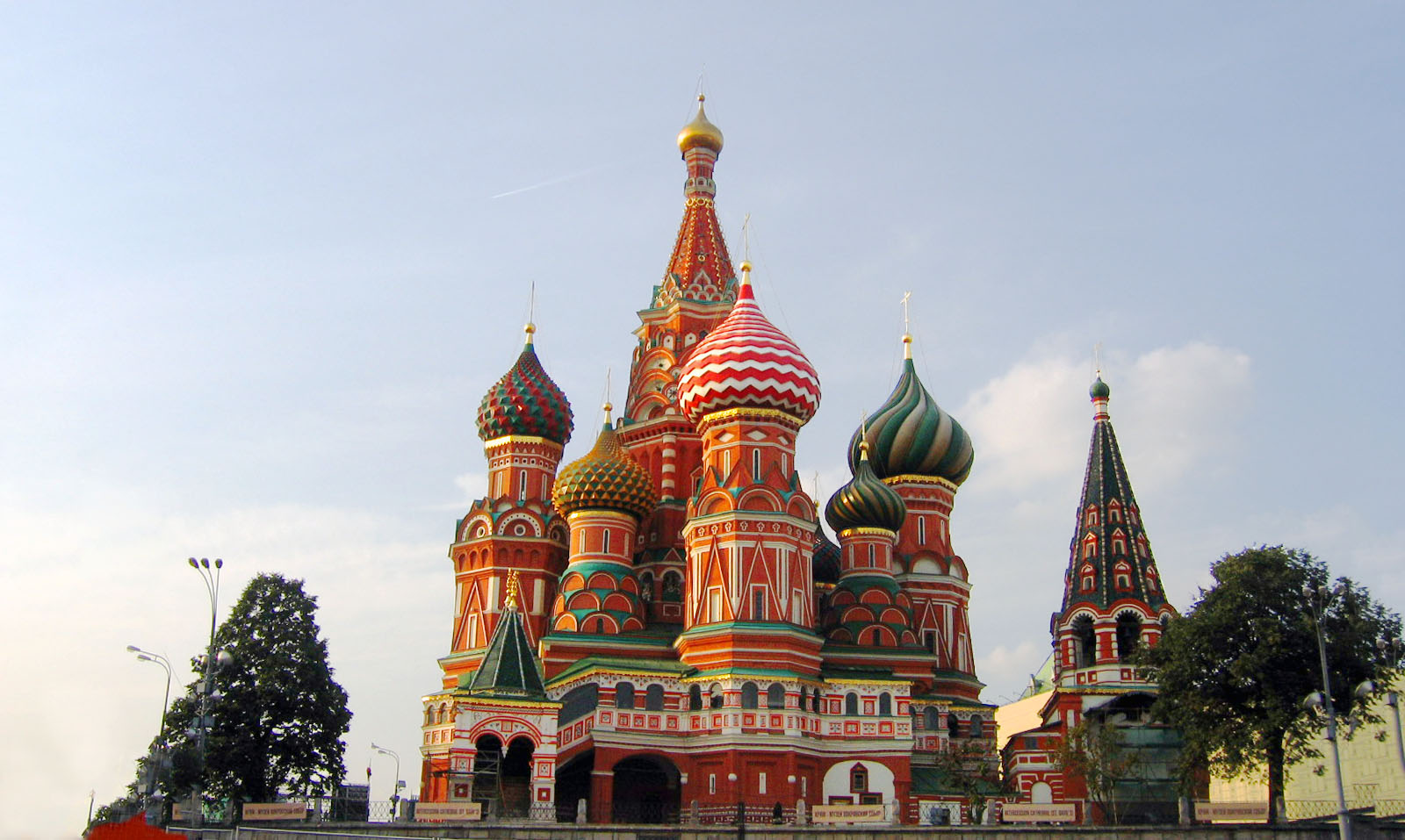 Do's and don'ts in Moscow for first time travellers. Do check out the Saint Basil's Cathedral, the famous landmark of Moscow