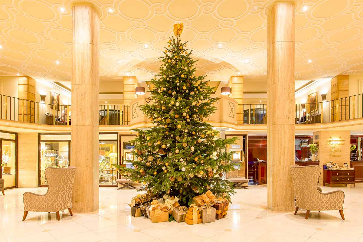 Will you travel to Europe for Christmas? Where to find Christmas hotels in Europe that are festive and homely? I give you the 17 most festive hotels in Europe to celebrate Christmas.